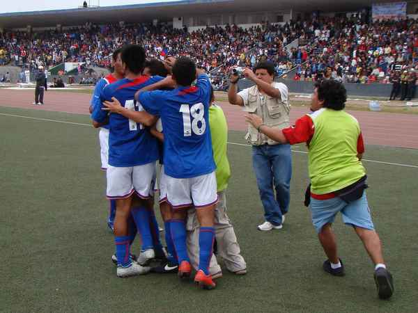 ABRAZO 'TRICOLOR'. En las tribunas y en el terreno de juego se festejaba el tanto del goleador trujillano (Foto: Carlos Asmat)
