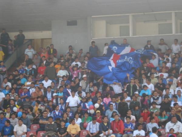 APOYO INCONDICIONAL. Los hinchas carlistas asistieron en gran concurrencia al recinto trujillano esta tarde (Foto: Carlos Asmat)