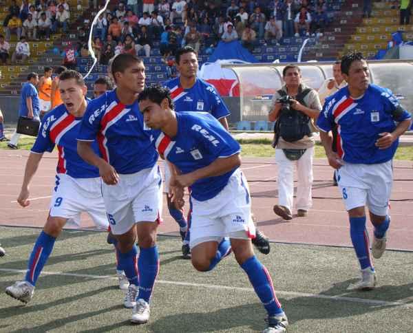 UNO DE LOS REFERENTES. El goleador Marco Llave anotó los dos últimos goles de la catarata de tantos que marcaron los carlistas (Foto: Carlos Asmat)
