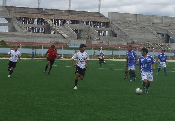 INICIO CONFUSO. Cajamarquinos y huarmeyanos lucharon en el medio sector la posesión del esférico en los primeros minutos (Foto: diario El Clarín de Cajamarca)