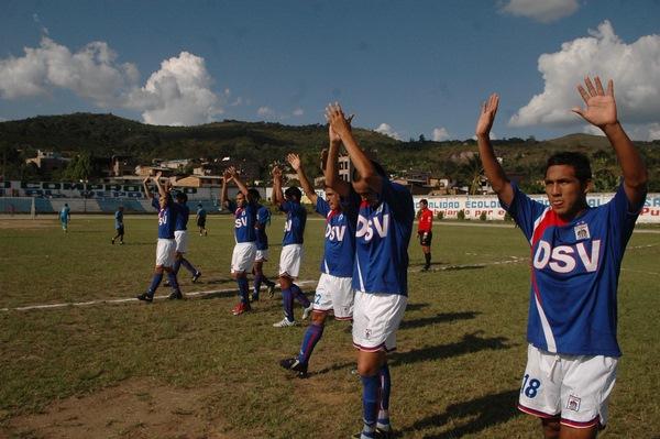SALUDO TRUJILLANO. Los jugadores de Carlos A. Mannucci daban la bienvenida en el Defensores del Chaupe de San Ignacio (Foto: diario La Industria de Trujillo)