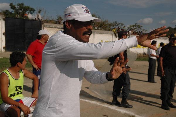ESTRATEGA 'TRICOLOR'. El técnico de Mannucci, Roberto 'Maharajá' Arrelucea, brindaba indicaciones a sus dirigidos (Foto: diario La Industria de Trujillo)