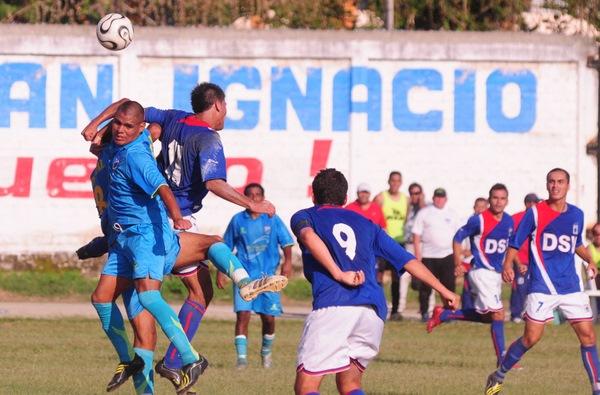 TODOS POR ARRIBA. Los protagonistas disputaban el balón en el juego aéreo (Foto: diario La Industria de Trujillo)
