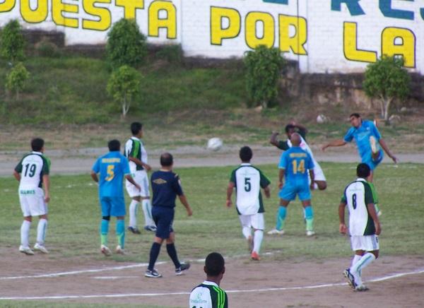PARA CERRAR LA TARDE. Carlos Escobedo le envía un centro perfecto a Víctor Pacheco, quien establecería el 2-0 definitivo (Foto: Omar Saavedra Urcia)