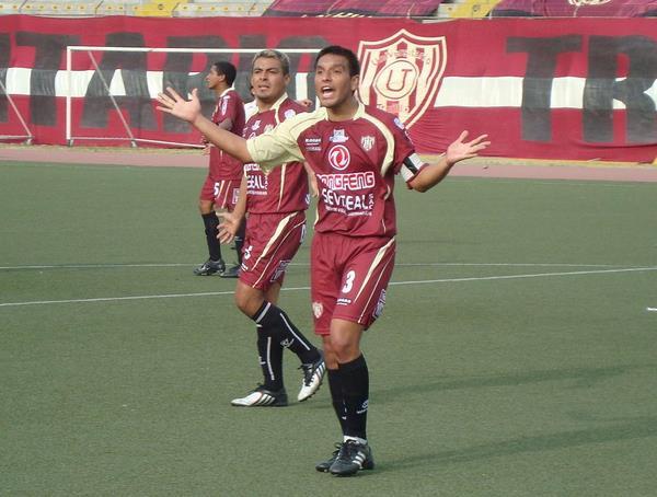 DUPLA IDEAL. Los zagueros centrales de la 'U', Miguel Malca y Víctor Medina, estuvieron impecables ante el elenco huarmeyano (Foto: Carlos Asmat)