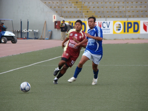 ENTRETENIDO CHOQUE. Trujillanos y cajamarquinos ofrecieron pasajes de buen fútbol sobre el sintético del Mansiche (Foto: Carlos Asmat)