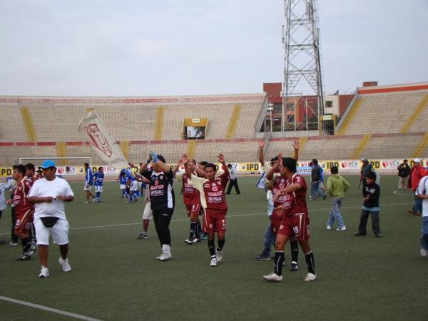 RETRIBUCIÓN GRANATE. Los jugadores de Universitario de Trujillo celebraban el acceso a la Etapa Nacional con sus fieles seguidores (Foto: Carlos Asmat)