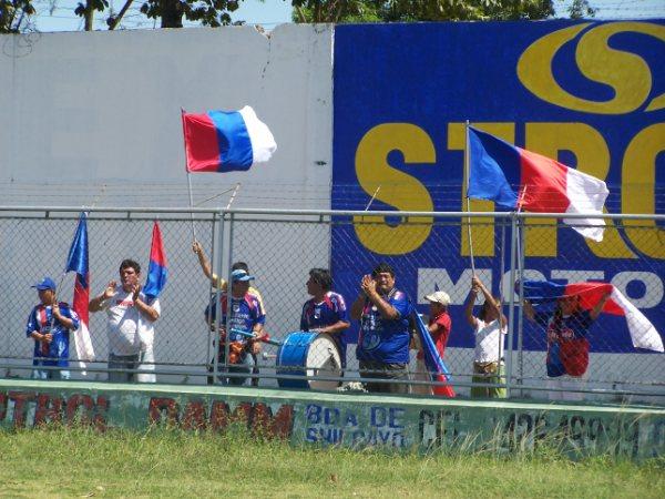 CONTIGO A TODAS PARTES. Sin importarles el largo viaje, algunos fieles seguidores del equipo carlista se hicieron presentes en la 'Ciudad de las Palmeras' (Foto: revista Gol de Oro de Tarapoto)