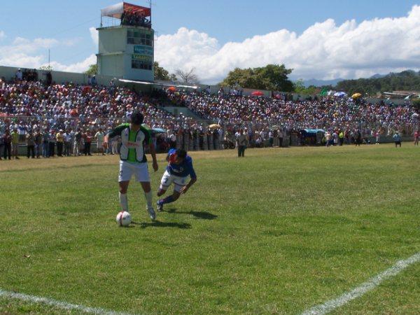 SÓLIDA DEFENSA. La última línea trujillana lució impenetrable ante los embates tarapotinos (Foto: revista Gol de Oro de Tarapoto)