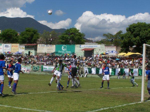 TAMBIÉN POR ESA VÍA. La zaga carlista tampoco se dejó ganar en los envíos aéreos (Foto: revista Gol de Oro de Tarapoto)
