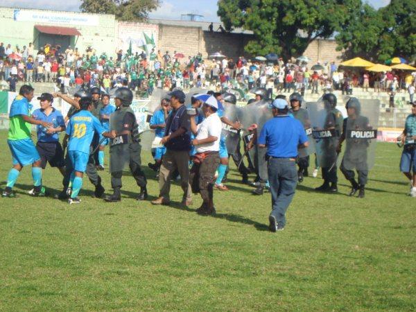 OPORTUNA INTERVENCIÓN. Los efectivos policiales intervenían para apacigüar los ánimos en los jugadores sanignacistas (Foto: revista Gol de Oro de Tarapoto)