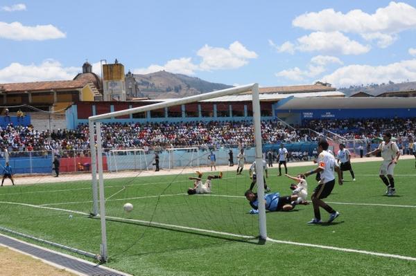 TAMBIÉN SUMA. Michael Finke ya había vencido al golero Josimar Flores para establecer el 3-1 en favor de los locales (Foto: diario El Clarín de Cajamarca)