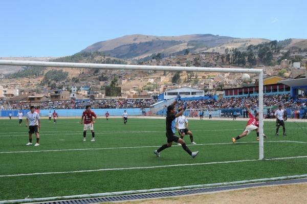 CON TODO. Ya con el uniforme alterno, el atacante Joel Flores anotó el cuarto tanto para los cajamarquinos (Foto: diario El Clarín de Cajamarca)