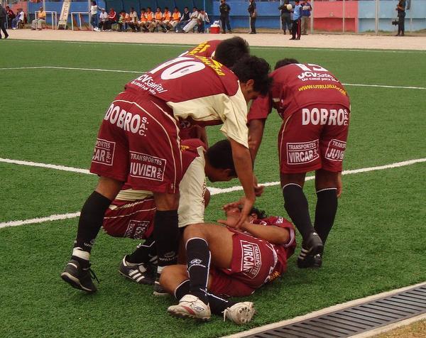 FESTEJO GRANATE. Los jugadores trujillanos celebraban uno de los dos goles marcados por el 'Loco' Alcántara. Con ello, han quedado en inmejorable posición para acceder a la Etapa Nacional (Foto: Prensa Universitario de Trujillo)