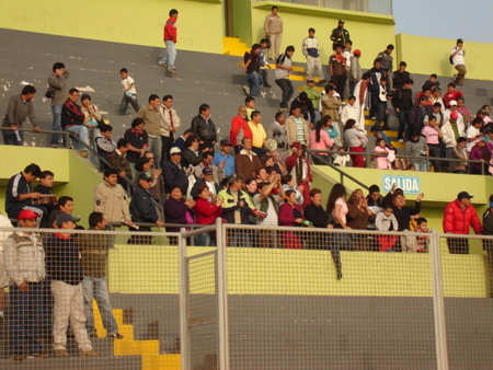 VA PARA USTEDES. Al final del encuentro, los hinchas locales despidieron con aplausos a los jugadores de DIM (Foto: Mario Azabache / DeChalaca.com)