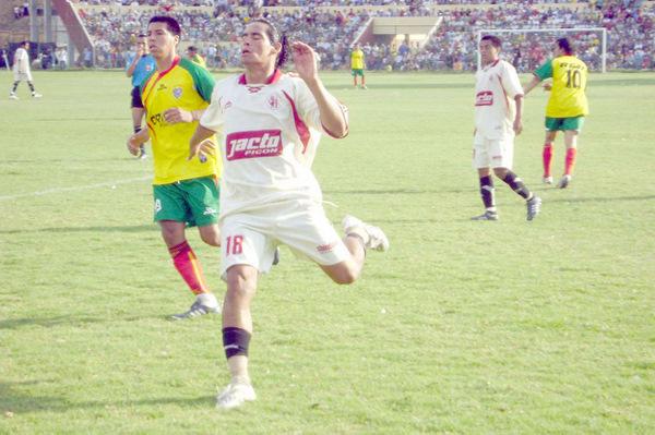 PARTIDO 24. La clasificación se aseguró en la vuelta ante Ticlacayán: contundente 2-0 en el Heraclio Tapia (Foto: diario Hoy Regional)