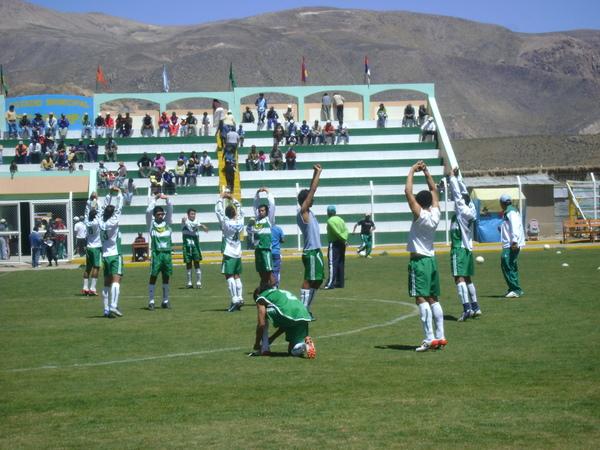 EN PLENA PREPARACIÓN. Los jugadores de Unión Minas realizaban los ejercicios pre-competitivos sobre el gramado del recinto orcopampino (Foto: Alexander Huamaní Quintana)