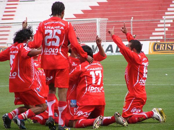DEDICATORIA AL CIELO. Los jugadores juliaqueños dedicaban el importante triunfo y la clasificación al Todopoderoso (Foto: Diario del Cusco)