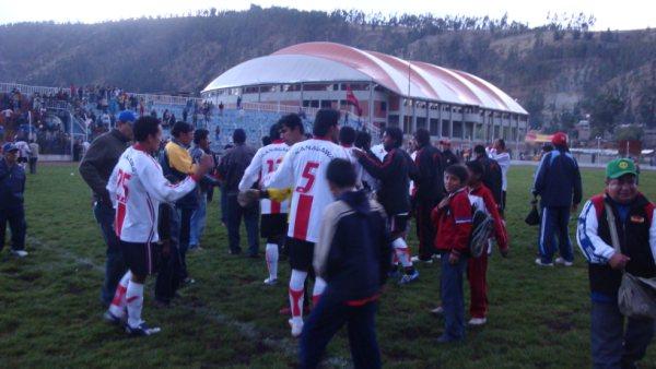 TODO OÍDOS. Al concluir el cotejo, los jugadores andahuaylinos recibían la información referente a la caída de Garcilaso ante San Román (Foto: Gilberth Chiquillán Huayhuas)