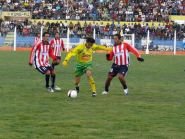 A base de buen fútbol, los auriverdes juliaqueños derrotaron a un tímido elenco maternitano (Foto: Hernán Valencia / diario Los Andes de Puno)