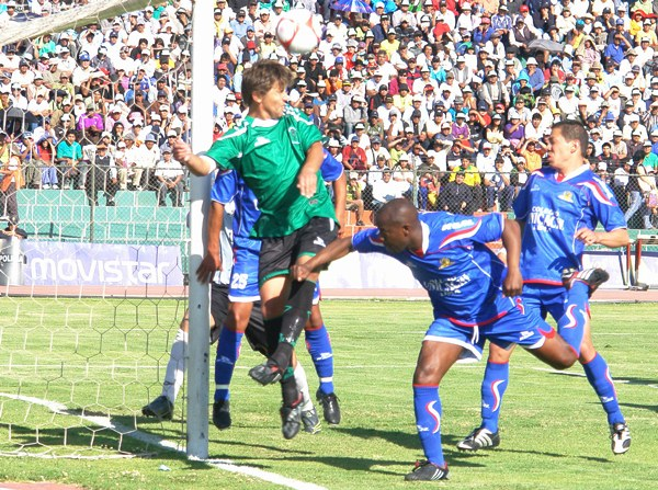 En 2010, Unicachi se paseó en Arequipa: venció tanto a Aurora como a Huracán, a este último 0-2 en el partido de la escena. (Foto: Jorge Jiménez Bustamante)
