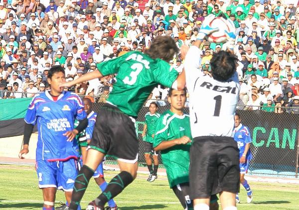 SEGURO DE MANOS. Venegas logra anticiparse a su rival y logra retener un peligroso balón que rondaba por su área. (Foto: Jorge Jímenez Bustamante)