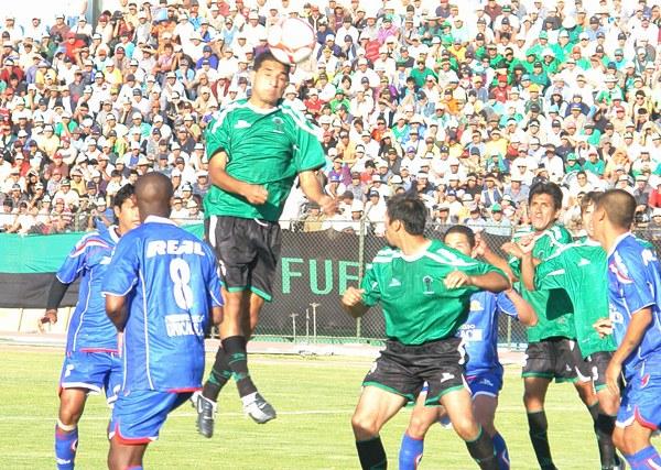 NO TUVIERON VISIÓN. Los jugadores del 'Globito' no estuvieron efectivos de cara al arco de Venegas. Pese al ímpetu mostrado los arequipeños no consiguieron gritar gol. (Foto: Jorge Jímenez Bustamante)