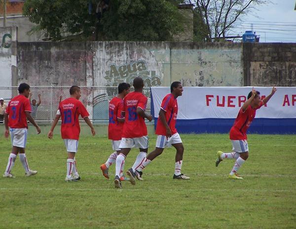 El festejo de Jairo Talledo luego de su gol para Unión Comercio ante Porvenir Unicachi en la final de ida de la Copa Perú 2010. (Foto: revista Goool De Oro)