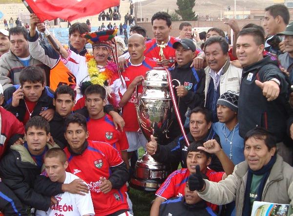 LA IMAGEN HISTÓRICA. El plantel sanmartiniano con el trofeo. (Foto: Abelardo Delgado / DeChalaca.com, enviado especial a Juliaca)
