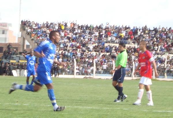 ENCENDIÓ LA ILUSIÓN. Julio Melgar consiguió el cuarto tanto para los locales y encendió las posibilidades de Alianza Porvenir Unicachi para alzarse con la Copa Perú (Foto: Abelardo Delgado / DeChalaca.com, enviado especial a Juliaca)
