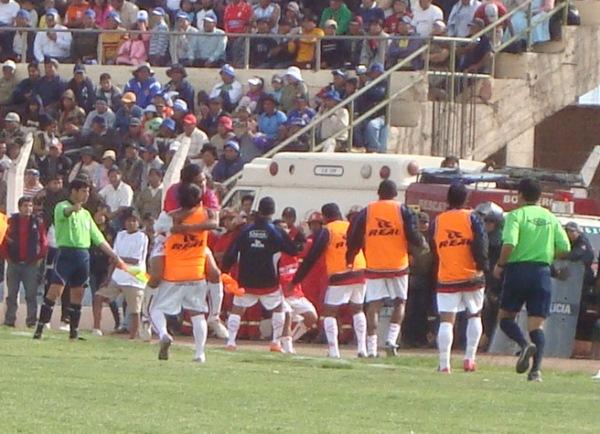ENSAYANDO EL BAILE. El partido estaba por expirar y los jugadores visitantes ya ensayaban una eventual coronación (Foto: Abelardo Delgado / DeChalaca.com, enviado especial a Juliaca)