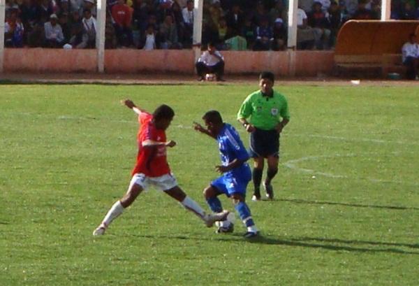 NO SACA LA VISTA. Rivera tuvo un aceptable labor aunque pese a las críticas de los puneños (Foto: Abelardo Delgado / DeChalaca.com)