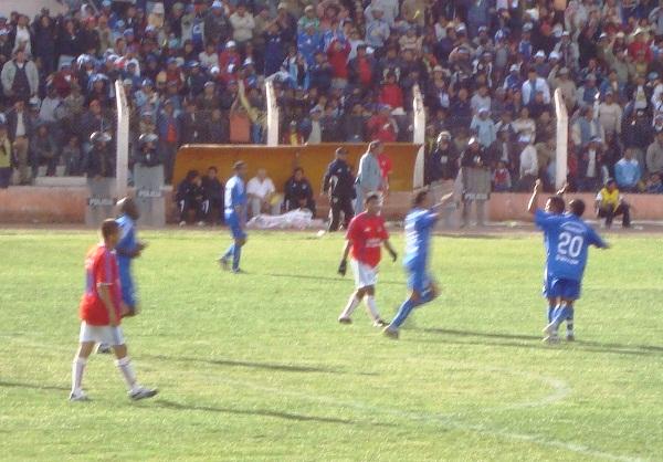 CUATRO NO FUERON SUFICIENTES. Unicachi festeja pero al final del partido sufrió pues le faltó un gol para conseguir la hazaña (Foto: Abelardo Delgado / DeChalaca.com)