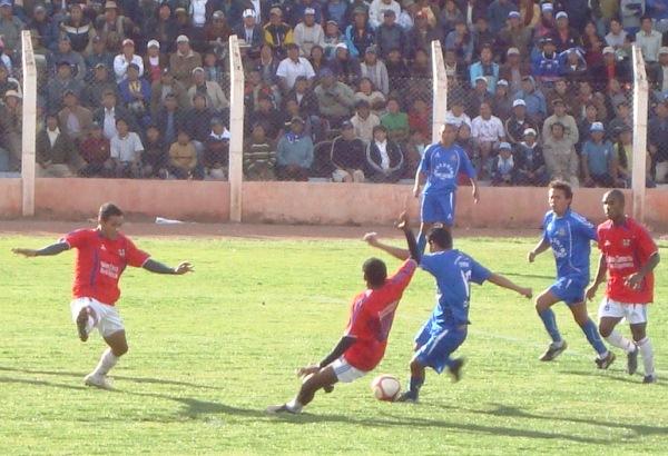 EVÍTALO COMO PUEDAS. Al final la táctica de Morales fue defender con lo que se tenga (Foto: Abelardo Delgado / DeChalaca.com)