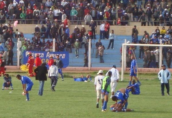 FUE UN CEMENTERIO. Los jugadores de Alianza Porvenir Unicachi no soportaron el dolor de la derrota y cayeron al césped tras el pitazo final. (Foto: Abelardo Delgado / DeChalaca.com)