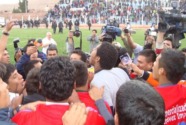 PRIMER PLANO. Los diferentes medios en el estadio Guillermo Briceño lucharon por tomarle fotos al equipo campeón. (Foto: Abelardo Delgado / DeChalaca.com)