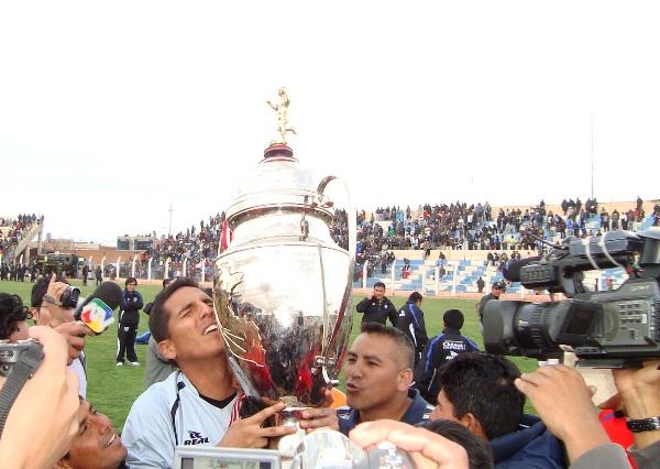 TOCANDO EL CIELO. Petrel se presta a levantar el tan codiciado trofeo de l 'Fútbol Macho'. El golero de Unión Comercio fue fundamental para alcanzar el campeonato. (Foto: Abelardo Delgado / DeChalaca.com)