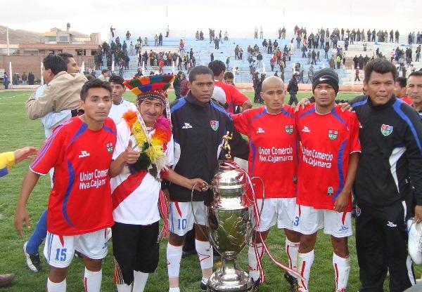 SU MEJOR FOTO. Los jugadores de Unión Comercio no se cansaron de posar con el trofeo de la Copa Perú. (Foto: Abelardo Delgado / DeChalaca.com)