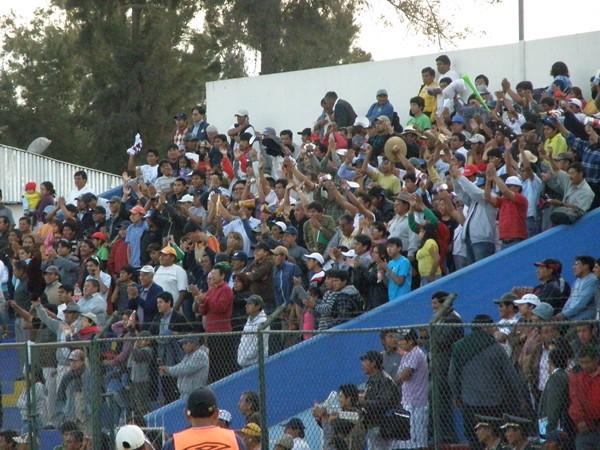 CON CARIÑO. Los hinchas  yunguyeños llegaron en gran número al Mariano Melgar de Arequipa y terminaron celebrando por todo lo alto el gran triunfo de sus colores. (Foto: Iván Carpio / DeChalaca.com)