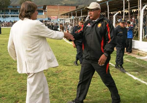 VIEJOS CONOCIDOS. La 'Pepa' Baldessari y José Ramírez intercambiaron un apretón de manos antes del encuentro. (Foto: Diario La Hora de Piura)