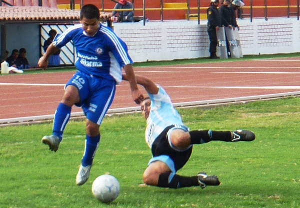 BURLA EL PELIGRO. Salazar logra eludir la marca de un defensor de Deportivo Hospital y enrumba hacia el pórtico de Vela. (Foto: Abelardo Delgado / DeChalaca.com)