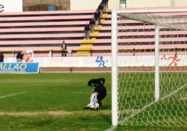 NADA MAL. Pese a la derrota de su equipo, Yurik Vela no desentonó bajo los tres palos de Deportivo Hospital. Incluso se lució al atajar un penal. (Foto: Abelardo Delgado / DeChalaca.com)