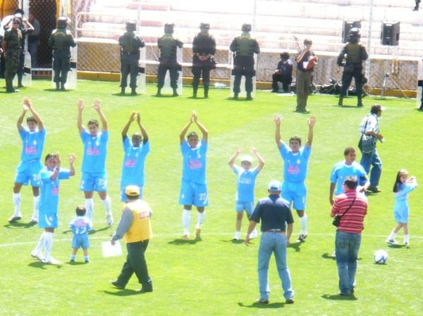 TIENE SU JALE. Real Garcilaso jugó ante un buen marco de público, demostrando que en la ciudad cusqueña, los hinchas no son exclusivos del 'Papá'. (Foto: Danny Carreño Torres / Diario del Cusco)