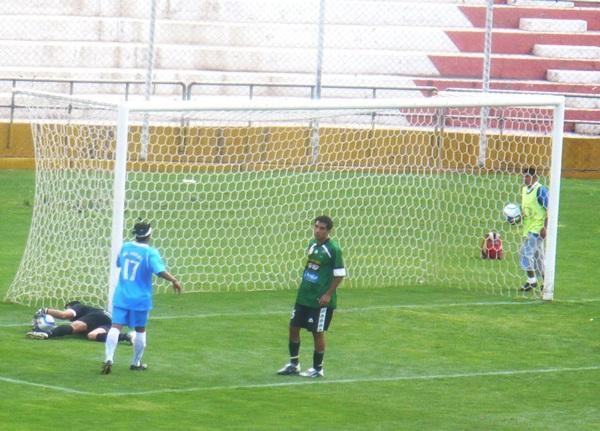 PAZ EN EL ARCO. El '1' de Sportivo Huarcán, Ariel Paz, tuvo una aceptable participación a pesar de los cuatro goles encajados. En la imagen, atenaza bien un balón ante la mirada de John Sosa, delantero de Real Garcilaso. (Foto: Danny Carreño Torres / Diario del Cusco)
