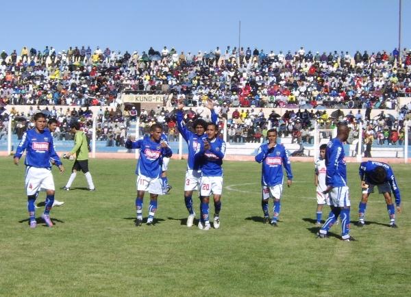 Y CON USTEDES… Los jugadores de Alianza Porvenir Unicachi fueron recibidos con aplausos por el público presente en el estadio Guillermo Briceño. (Foto: Hernán Valencia / diario Los Andes de Puno)