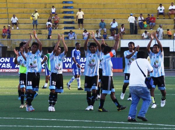 VA PARA USTEDES. Los jugadores galenos saludan a su público luego de sellar su pase a los Cuartos de Final de la Copa Perú 2010. (Foto: revista Construyendo Democracia de Pucallpa)