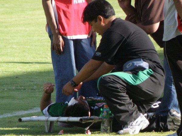RÁPIDA ATENCIÓN. El cuerpo médico del 'Globito' atendía oportunamente a uno de los jugadores locales. Además de buenos goles, el encuentro ofreció pasajes de fricción. (Foto: Iván Carpio / DeChalaca.com)