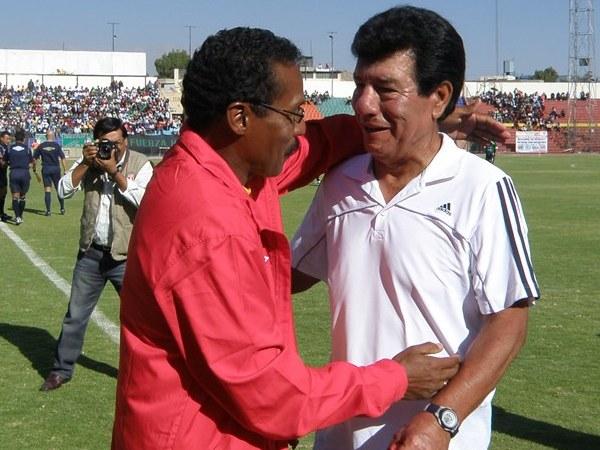 ABRAZO PROTOCOLAR. Los técnicos de ambos conjuntos, Helard Delgado (Huracán) y Roberto Arrelucea (Garcilaso) se saludan a pocos instantes de iniciarse el juego. (Foto: Iván Carpio / DeChalaca.com)