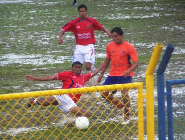 FUE UNA PISCINA. El campo del estadio IPD de Moyobamba se inundó debido a la fuerte lluvia que cayó sobre la ciudad y ocasionó que la pelota rodara más rápido. (Foto: Revista Goool de Oro)