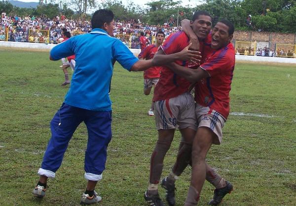 EL SALVADOR.  Luis Laguna se convirtió en el gran artífice de la clasificación de Unión Comercio al convertir dos goles durante el encuentro. (Foto: Revista Goool de Oro)